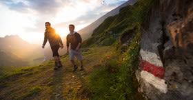 Bâton de randonnée et embrasement des Alpes